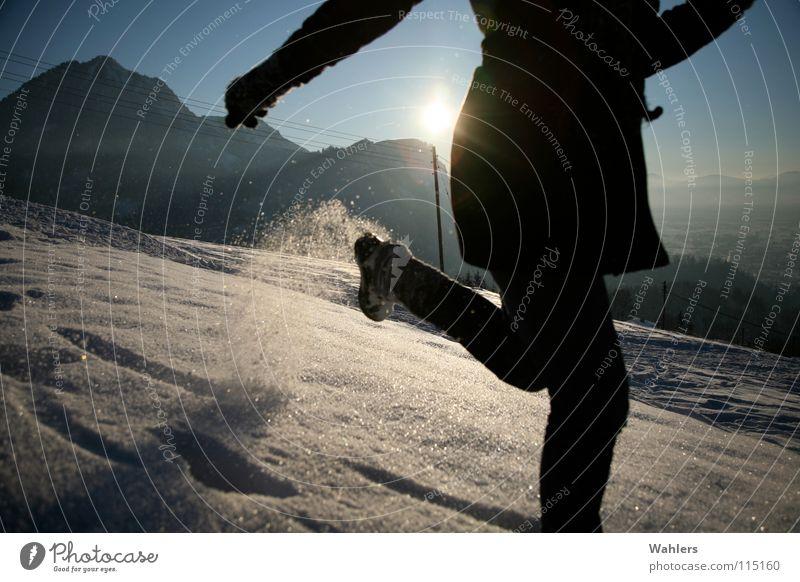 Spuren im Schnee I Winter Spaziergang Geschwindigkeit Horizont Dornbirn Bundesland Vorarlberg Österreich Frau Mantel Gegenlicht Snow laufen rennen Bewegung