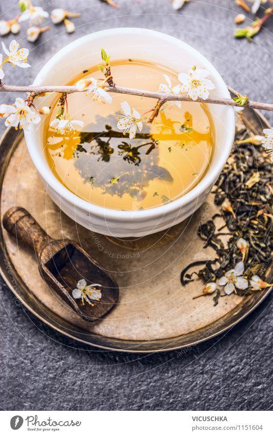 Tasse mit grünem Tee und Jasminblüten Lebensmittel Bioprodukte Vegetarische Ernährung Diät Getränk Löffel Stil Design Alternativmedizin Gesunde Ernährung Tisch