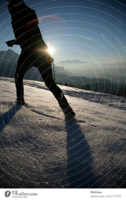 Spuren im Schnee II Frau Sonne Winter Berge u. Gebirge Bewegung Horizont Arme laufen rennen Geschwindigkeit Spaziergang Dame Dynamik Mantel