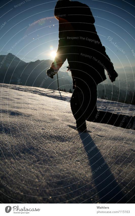 Spuren im Schnee III Frau Sonne Winter Berge u. Gebirge Bewegung Horizont Arme laufen rennen Geschwindigkeit Spaziergang Dame Dynamik Mantel
