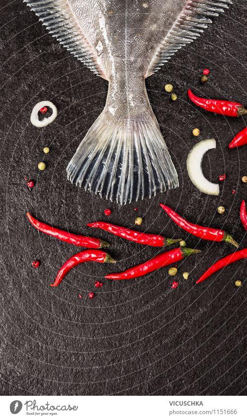 Fischschwanz mit Chili auf schwarzem Hintergrund Natur Gesunde Ernährung Stil Essen Hintergrundbild Foodfotografie Lebensmittel Design Tisch