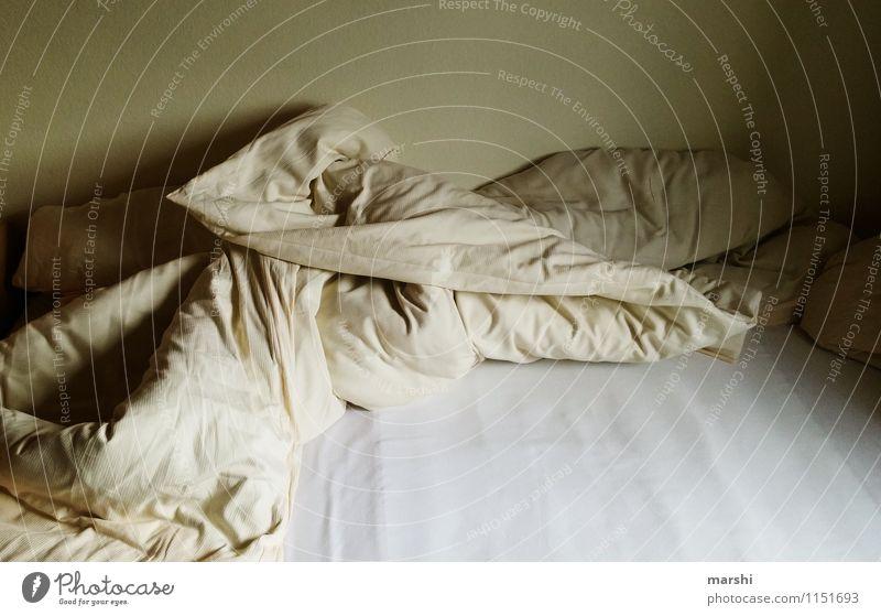 ein letztes Mal - Schlafen gehen Häusliches Leben Wohnung Gefühle Stimmung dunkel Bettwäsche Krankenhaus Pflegeheim trist Einsamkeit Tod Platzangst leer