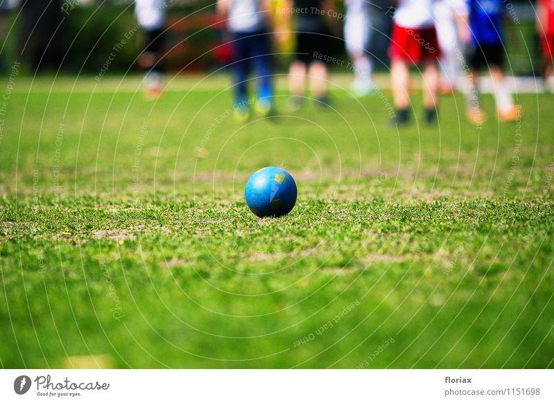 fußball im park Mensch Stadt blau grün Freude Leben Bewegung Frühling Gras Sport Spielen liegen Park Freizeit & Hobby Erfolg Fußball