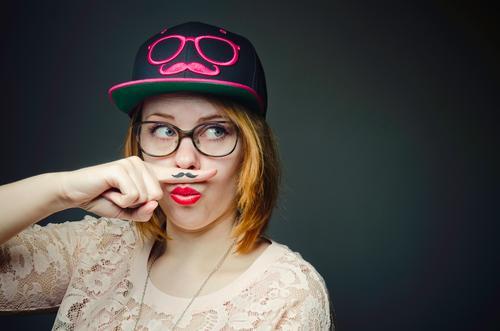 Miss Moustache Mensch Jugendliche Junge Frau 18-30 Jahre Erwachsene feminin lustig Stil Mode rosa verrückt Bekleidung Lebensfreude Brille Coolness T-Shirt