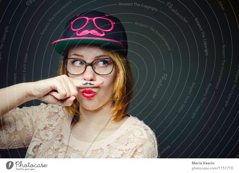 Miss Moustache Stil Mensch feminin Junge Frau Jugendliche 1 18-30 Jahre Erwachsene Bekleidung T-Shirt Accessoire Brille Mütze Basecap rothaarig langhaarig Bart