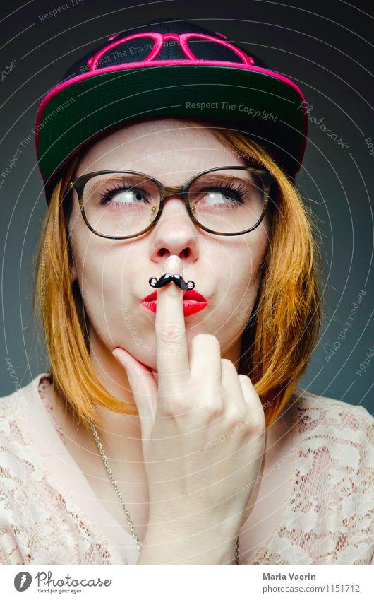 Miss Moustache 2 Stil Mensch feminin Junge Frau Jugendliche 1 18-30 Jahre Erwachsene Mode Bekleidung Ring Brille Mütze Basecap rothaarig langhaarig Denken Blick