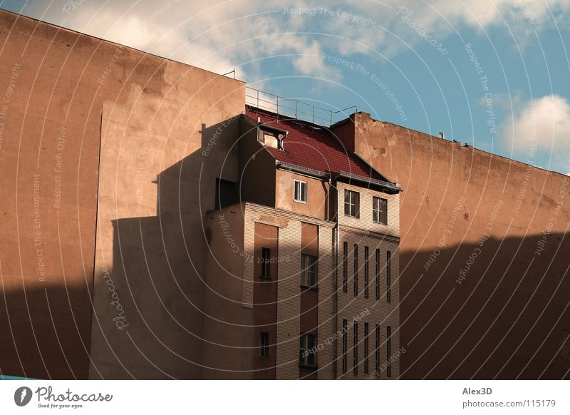 Lückenfüller Hinterhof leer Haus Wand Wolken trist seltsam Stadt Berlin Mitte Schatten Himmel