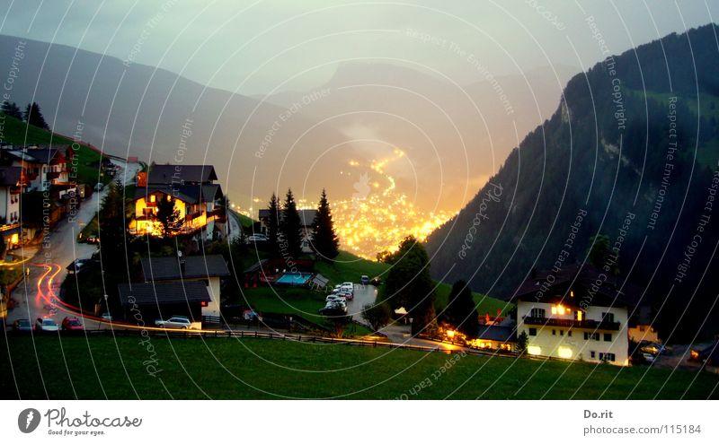 Das güldene Tal Licht Nacht dunkel Haus Baum Tanne Ferien & Urlaub & Reisen grau Wolken Wiese Gras grün Leuchtspur Dorf Italien Südtirol Dolomiten Geborgenheit