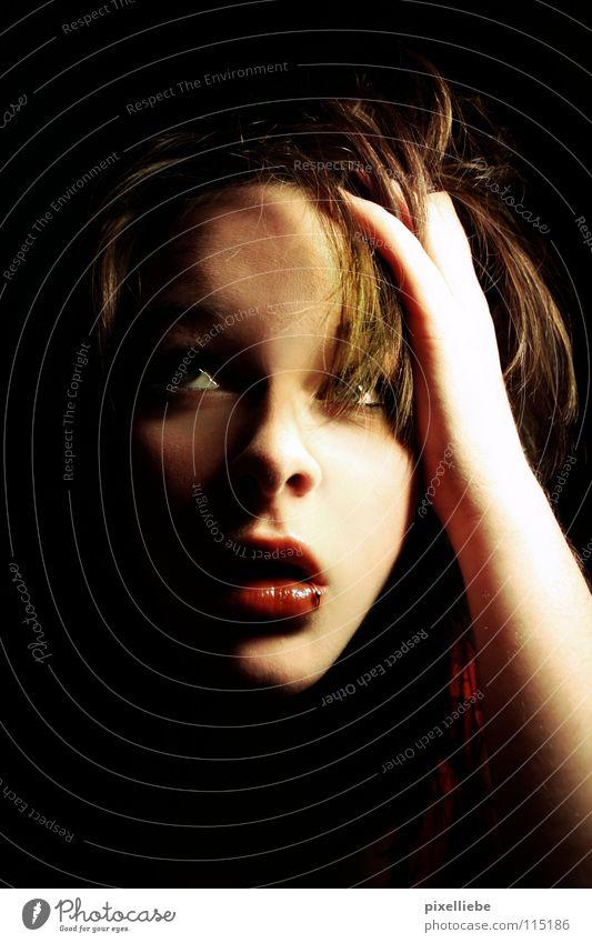Haarsträubend Lippen dunkel weiß Licht rot Frau Angst Panik Haare & Frisuren Schatten Traurigkeit Irritation