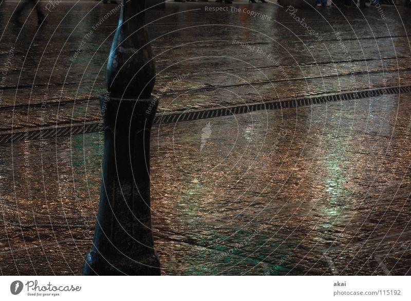 Freiburger Perspektiven 8 Stadt grün himmelblau Gleise krumm Teer Sandstein Eisen Stahl Reflexion & Spiegelung Patina Lampe Straßenbeleuchtung nass feucht