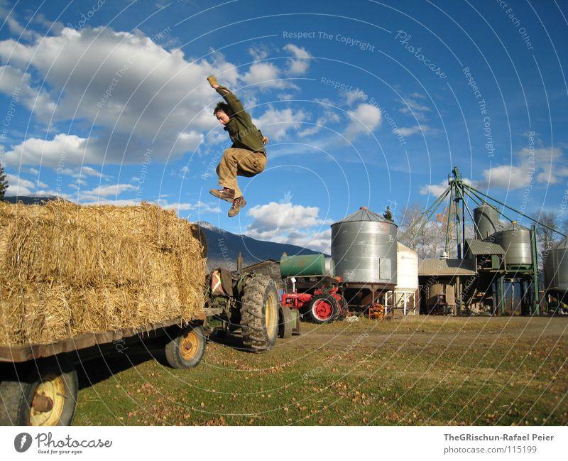 I feel good springen Kanada Traktor Stroh Trick Ferne Wolken rot Mann Unbekümmertheit Spielen Freude Amerika Himmel move work blau clouds heaven far far away