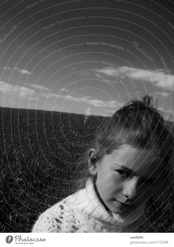Vergiss mein nicht Herbst Wolken Wiese Mädchen Suche schön Umhang Dutt süß klein Kinderaugen fein vermissen Schwarzweißfoto Himmel Blick Kleines Mädchen warten