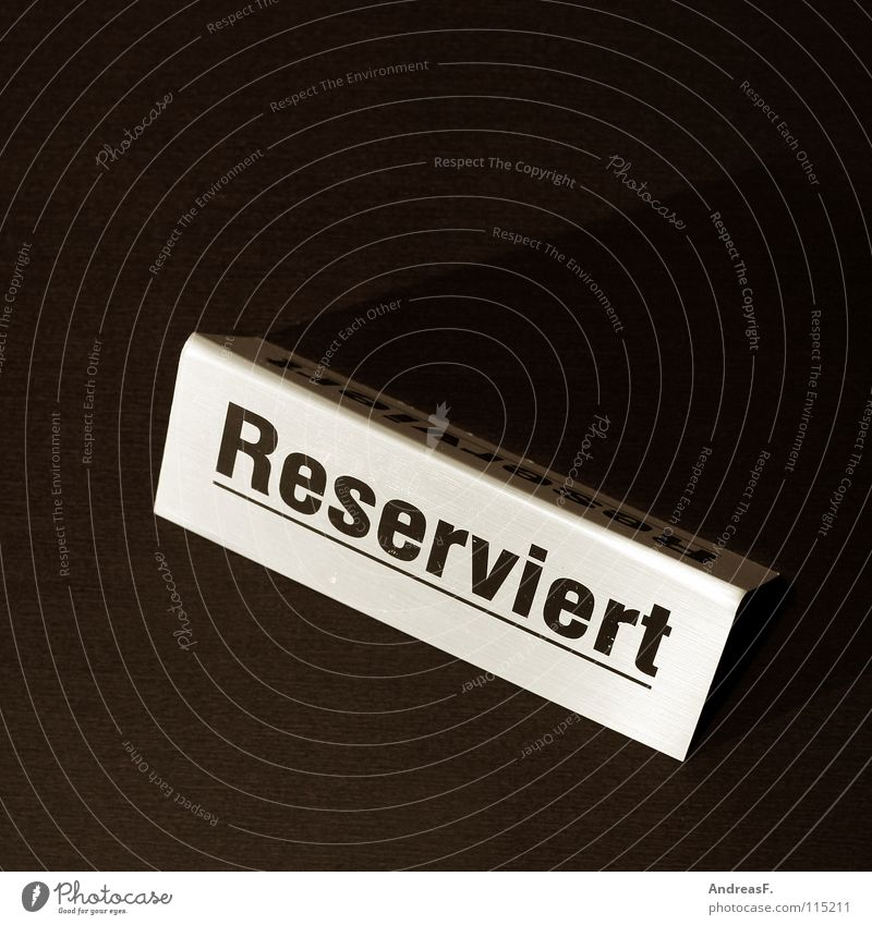 Reserviert. warten Schilder & Markierungen Tisch Sicherheit Platz Gastronomie Restaurant Veranstaltung Hinweisschild Geborgenheit Sitzgelegenheit Fahrkarte