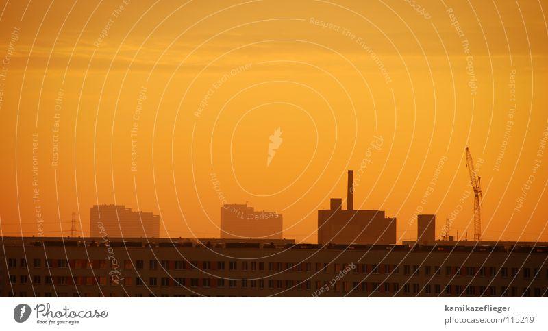 Plattenbauidylle Haus Hochhaus Neubau Wohnhochhaus Kran Sonnenaufgang Gegenlicht Morgen Wolken Herbst Licht Stadt orange Morgendämmerung Nebel