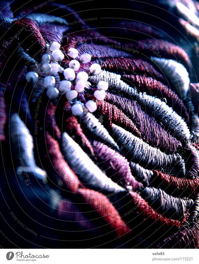 kunstblume3 Blume weiß rot violett Perle Stoff Textilien Tasche Blüte Makroaufnahme Nahaufnahme blau