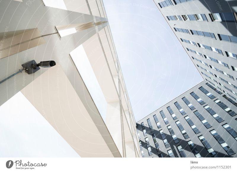 800 l Tendenz steigend Haus Videokamera Himmel Hochhaus Bauwerk Gebäude Architektur Fassade Fenster außergewöhnlich modern Überwachung Menschenleer