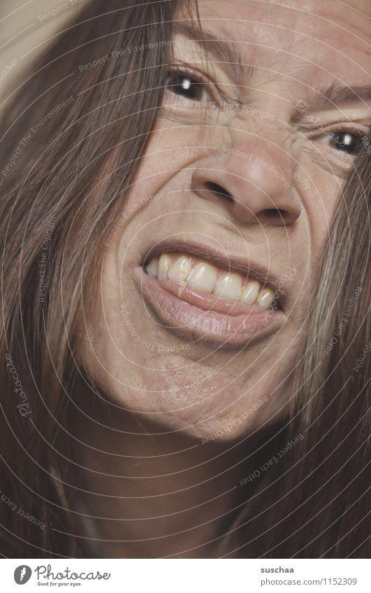 noch bescheuerter Frau Gesicht Auge Haare & Frisuren Mund Nase Zähne Lippen brünett Grimasse Zunge hässlich doof