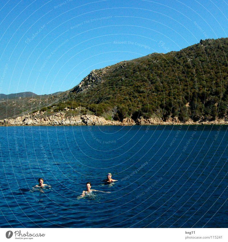 Schwimmen im Quadrat Frau Himmel blau Wasser Ferien & Urlaub & Reisen Meer Sommer Strand Freude Wolken Erholung Berge u. Gebirge Bewegung Küste Sand Freundschaft