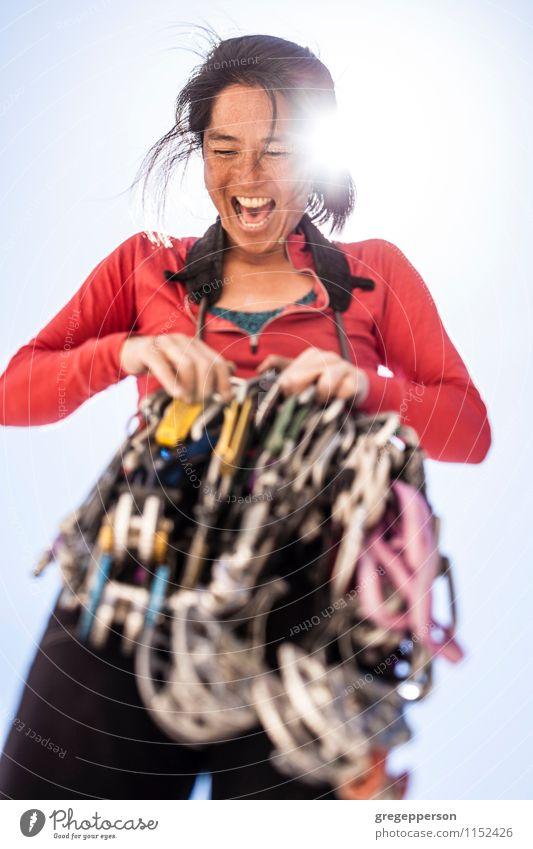 Organisatorgang des weiblichen Kletterers. Frau Erholung Einsamkeit Erwachsene Felsen Kraft Erfolg gefährlich Abenteuer Seil Vertrauen Klettern Gleichgewicht