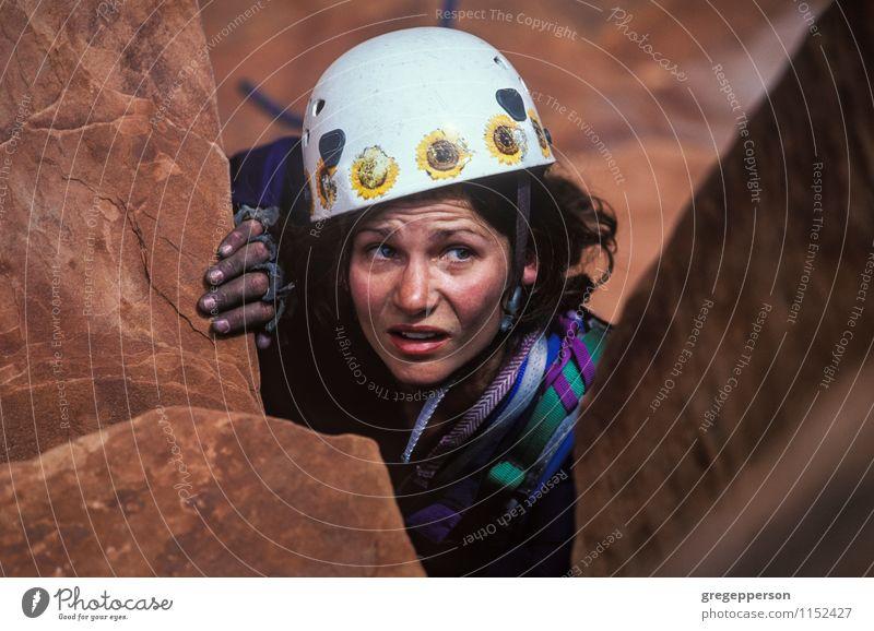 Weiblicher Kletterer klammert sich in Richtung zum Gipfel. Erholung Abenteuer Klettern Bergsteigen Erfolg Seil Frau Erwachsene Felsen selbstbewußt Kraft Mut