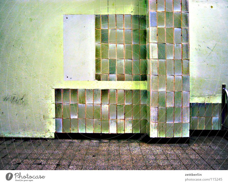 Fliesen Fliesen u. Kacheln Wartesaal grün Grünstich Säule Sockel verwohnt Architektur verfallen fliesenleger ausbau innenausbau naßraum feuchtraum Abflughalle