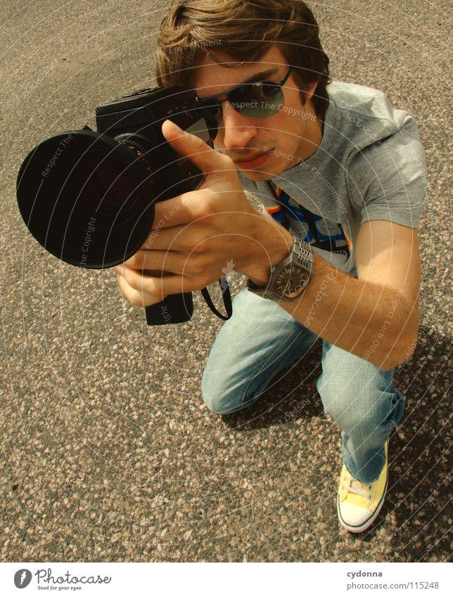 Vorsicht Kamera! Sommer Mann Kerl Stil Körperhaltung Gefühle schön T-Shirt filmen Fotokamera Aktion Freizeit & Hobby Versuch Kunst Dinge Reihe unten Beton