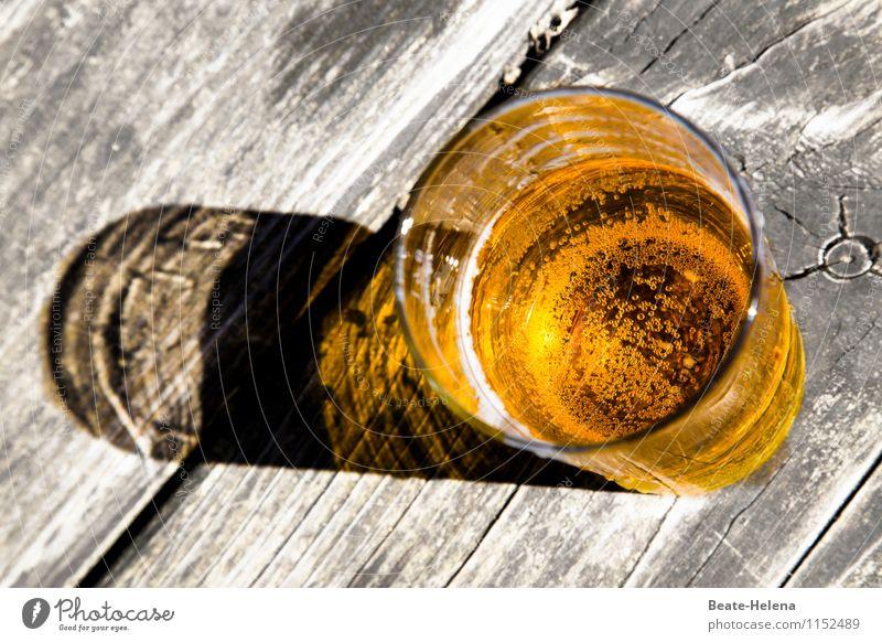 Na denn Prost Getränk Erfrischungsgetränk Saft Glas Wohlgefühl Freizeit & Hobby Ausflug Tisch Holz Wasser trinken Coolness nass saftig gelb grau Stimmung