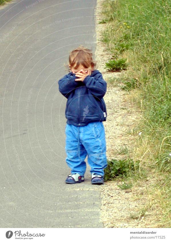wo bist du? Kind Mann Hand Gesicht Straße Gras verstecken
