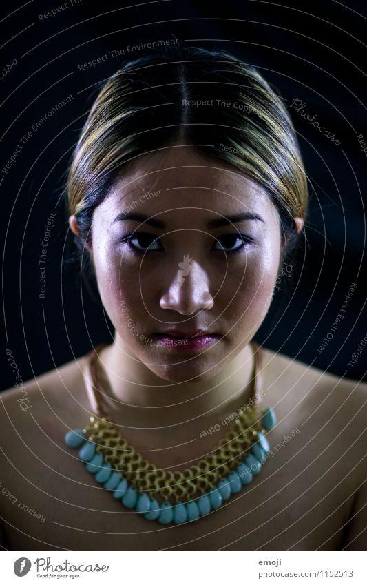 low key feminin Junge Frau Jugendliche Gesicht 1 Mensch 18-30 Jahre Erwachsene dunkel schön Asiate Farbfoto Studioaufnahme Hintergrund neutral Nacht Kunstlicht