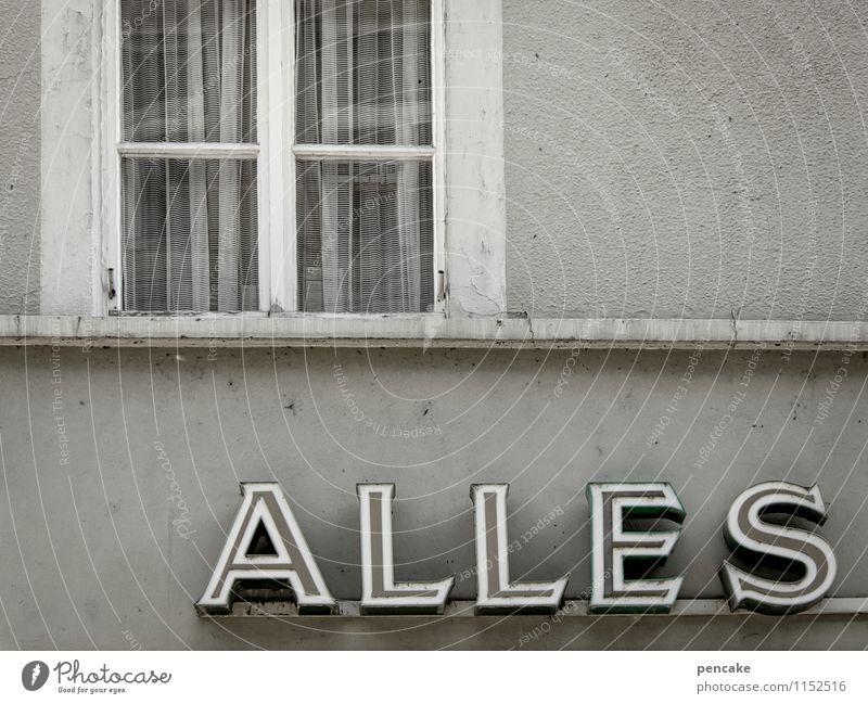 auf arbeit   alles... Stadt Haus Fenster Architektur Gebäude grau Fassade Arbeit & Erwerbstätigkeit Business Büro trist Schilder & Markierungen Hinweisschild Vergänglichkeit Zeichen retro