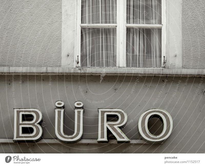 auf arbeit | ...büro Kleinstadt Altstadt Fußgängerzone Haus Gebäude Architektur Fassade Fenster Zeichen retro trist Stadt grau Business Handel Konkurrenz