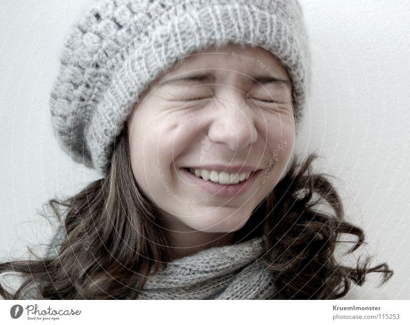 Grübchenkind Mütze grinsen Fröhlichkeit Schal Lebensfreude Freude ballonmütze ballonmützenmädchen lachen Mädchen geschlossene Augen Zähne Kindergesicht