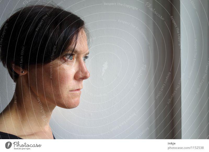wahre Sorgen graben sich tief ein Lifestyle Frau Erwachsene Leben Gesicht 1 Mensch 30-45 Jahre Fenster Denken Blick Traurigkeit authentisch Gefühle Mitgefühl