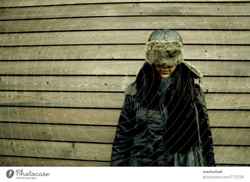 WODKA NATION Mensch Frau Einsamkeit Wand Holz Traurigkeit Mode Hintergrundbild gefährlich Lifestyle stehen Bekleidung bedrohlich Trauer Körperhaltung Schutz