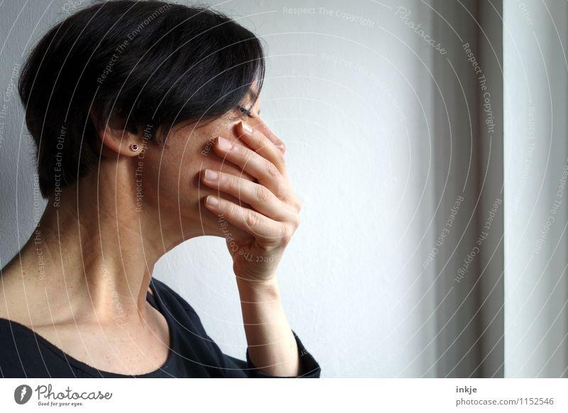 Und die Welt steht still. Lifestyle Frau Erwachsene Leben Gesicht Hand 1 Mensch 30-45 Jahre Fenster Traurigkeit warten authentisch Gefühle Mitgefühl Hoffnung