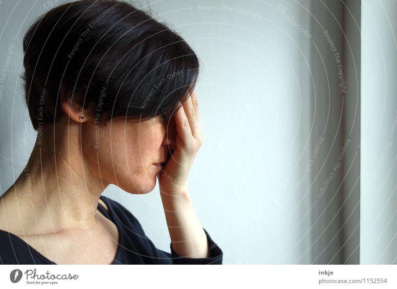 ...... Lifestyle Fenster Frau Erwachsene Leben Kopf Gesicht 1 Mensch 30-45 Jahre Gefühle Stimmung Traurigkeit Sorge Trauer Liebeskummer schuldig Scham Reue