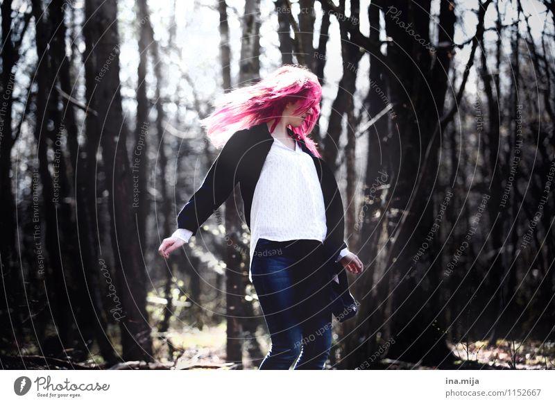 flüchten Mensch Frau Jugendliche Junge Frau Einsamkeit 18-30 Jahre Wald Erwachsene Leben Bewegung feminin Haare & Frisuren rosa träumen Zufriedenheit ästhetisch