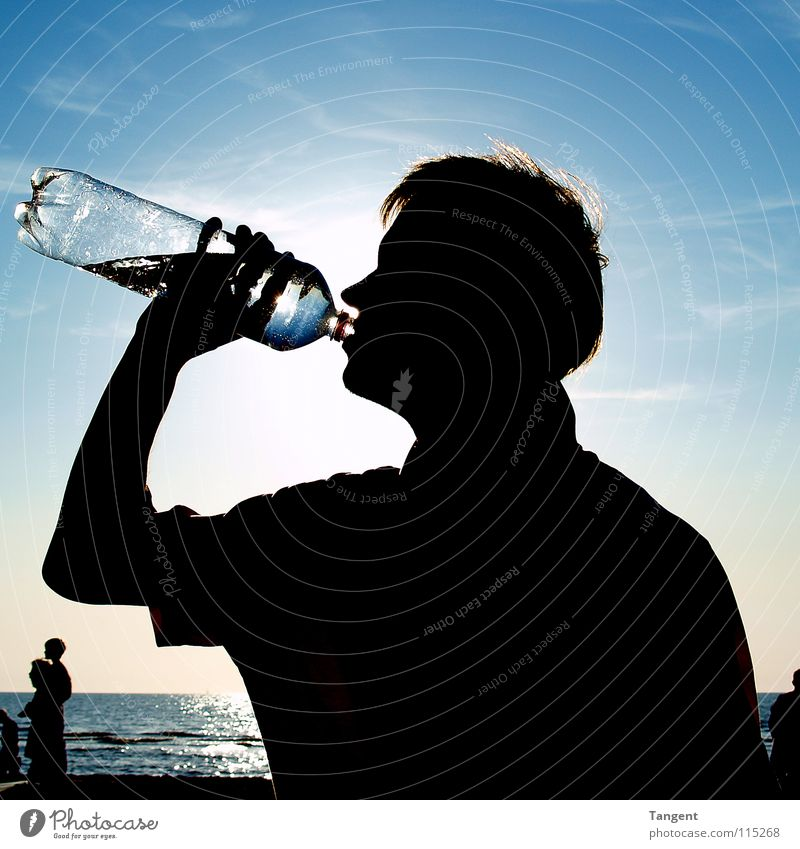 Sommer Strand Meer Erfrischung Getränk trinken Mineralwasser Physik Freizeit & Hobby Sonne Wasser Flasche Jugendliche Wetter Wärme Schatten Silhouette