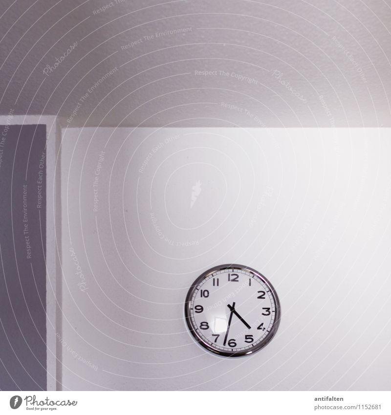 Kurznachhalbfünf weiß Haus Fenster Wand Innenarchitektur Mauer grau Zeit Wohnung Freizeit & Hobby Raum Dekoration & Verzierung Uhr Ecke Zukunft rund