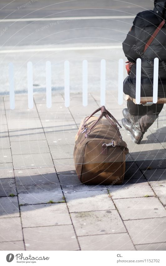 abschied Mensch Ferien & Urlaub & Reisen Einsamkeit Erwachsene Leben Straße Wege & Pfade Verkehr sitzen warten Beginn Fernweh Jacke Verkehrswege Langeweile