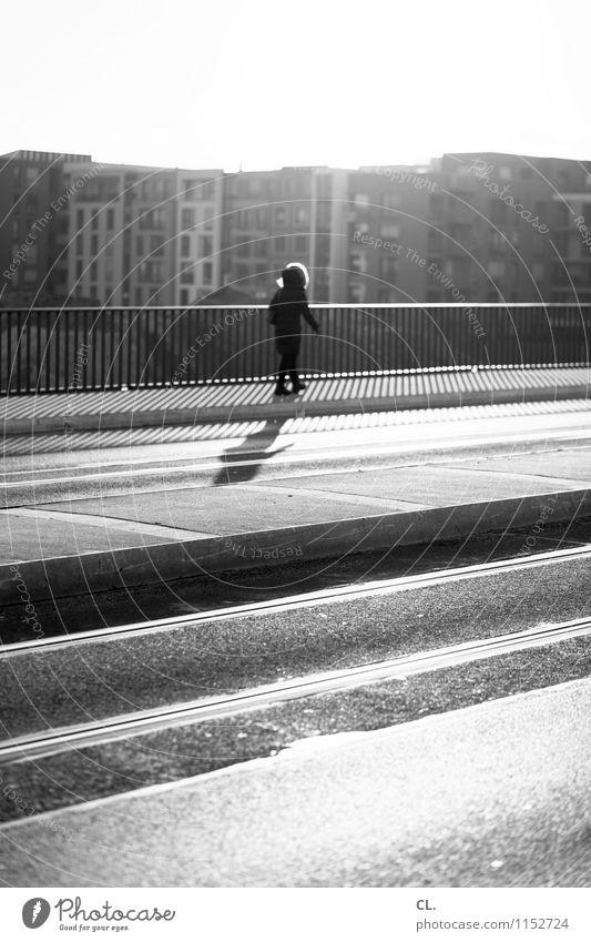 düsseldorf zoo Mensch Stadt Einsamkeit Haus Erwachsene Straße Leben Architektur Wege & Pfade Bewegung gehen Verkehr Hochhaus Schönes Wetter Brücke Ziel