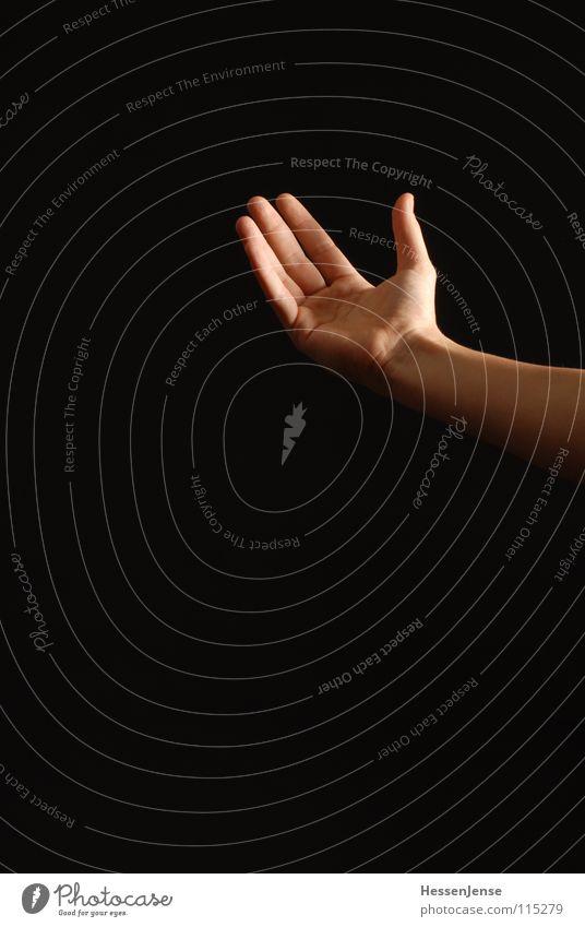 Hand 1 Religion & Glaube Deutschland Arme Finger Vertrauen Dienstleistungsgewerbe Hilfsbedürftig Insolvenz Hilfesuchend fordern Vor dunklem Hintergrund