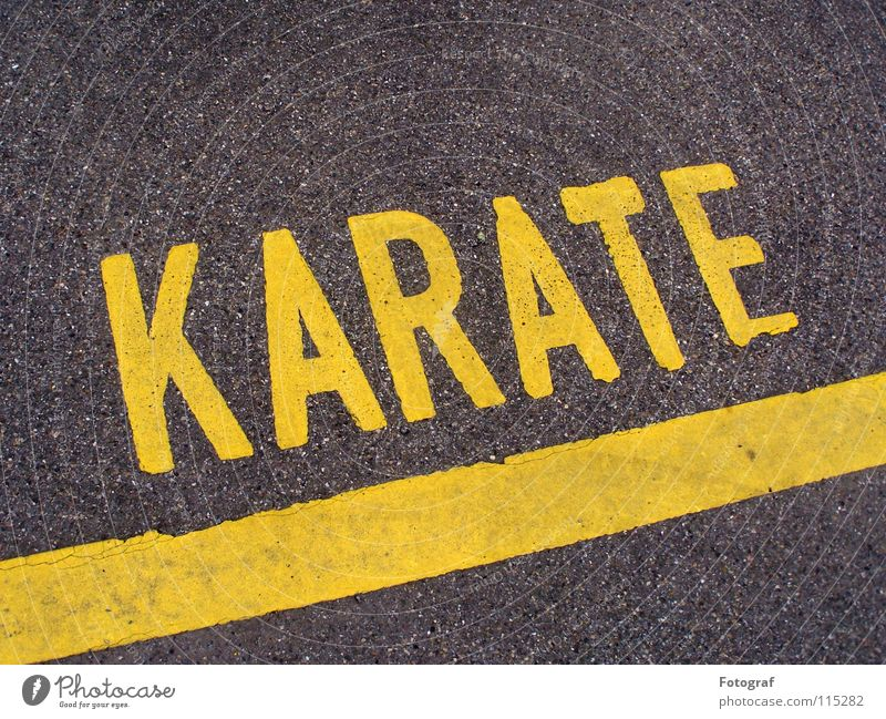 Street Fighter. Karate Kampfsport Asphalt Parkplatz grau-gelb Linie Typographie Beschriftung Asien Verkehrswege Buchstaben Schriftzeichen street Straße letter