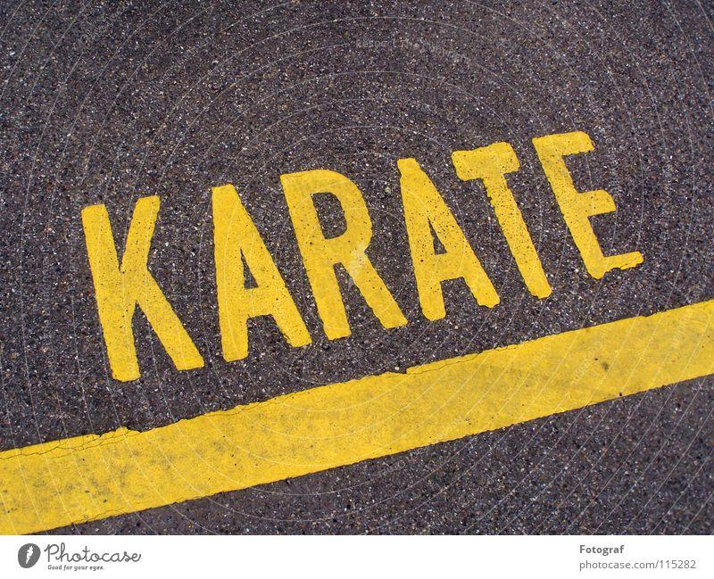 Street Fighter. Straße Linie Schriftzeichen Asien Asphalt Buchstaben Verkehrswege Typographie Parkplatz Kampfsport Karate Beschriftung grau-gelb