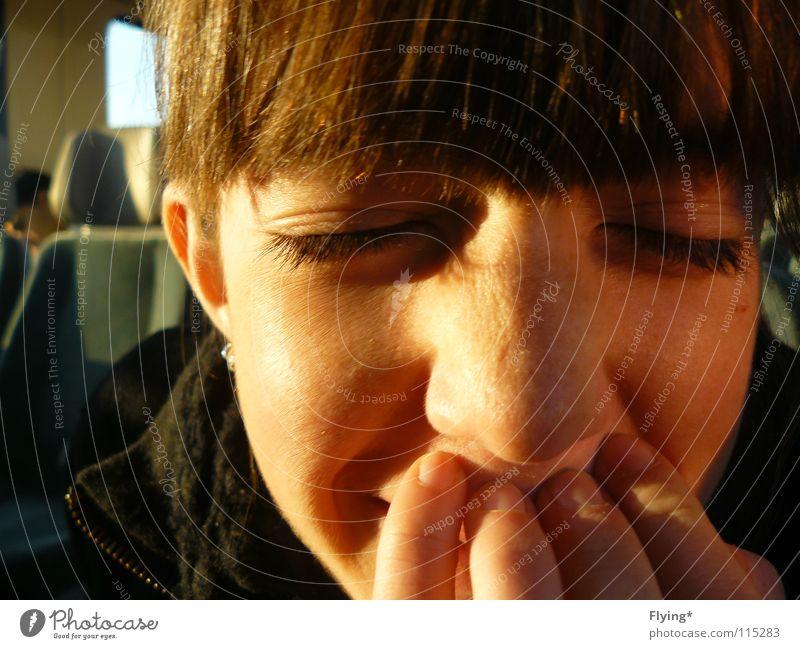 Lena lachen geschlossen Sonnenstrahlen Porträt Wimpern Sommersprossen Schattenspiel Eisenbahn Leberfleck Zufriedenheit Freude Makroaufnahme Nahaufnahme schön
