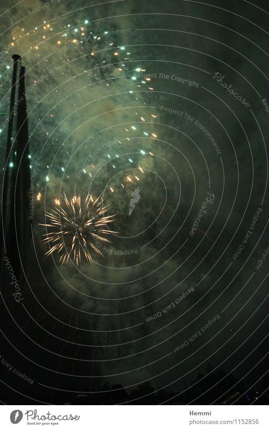 Feuerwerk Luft Himmel Nachthimmel Stern Frühling Sommer Herbst Winter Gefühle Silvester u. Neujahr Neujahrsfest Rakete Knall Farbfoto Außenaufnahme Dämmerung