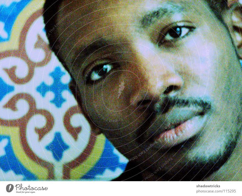 B Porträt Mann Freundlichkeit Student gelb braun dunkel Denken Muster Marokko körnig Mensch Typ Guy Sambatänzer Fliesen u. Kacheln dunkelhäutig blau