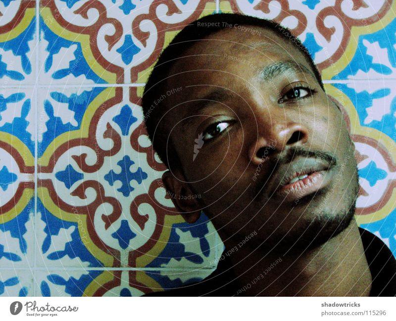 A Porträt Mann Freundlichkeit Student gelb braun dunkel Denken Muster Marokko körnig Mensch Typ Guy Sambatänzer Fliesen u. Kacheln dunkelhäutig blau