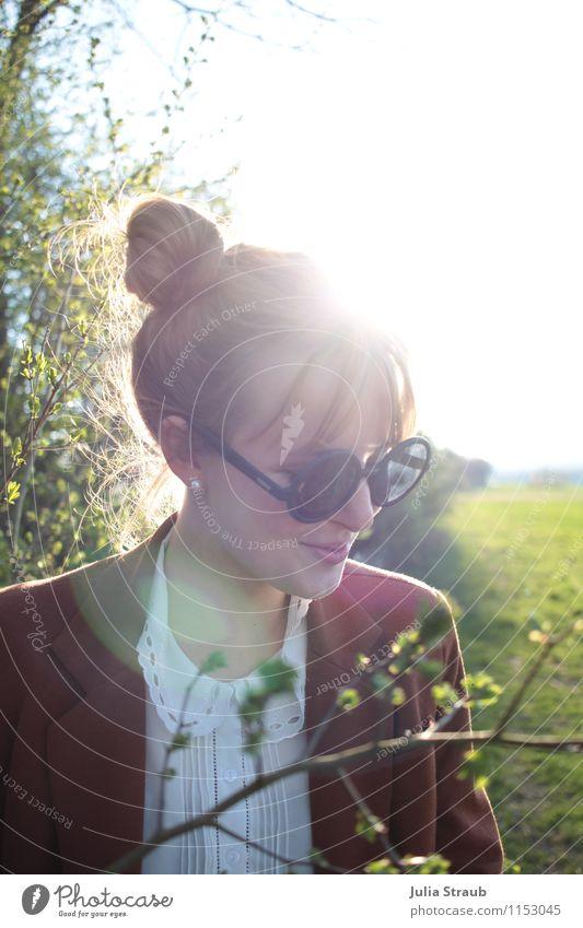 früh-ling feminin Frau Erwachsene 1 Mensch 18-30 Jahre Jugendliche Sonne Frühling Schönes Wetter Baum Sträucher Blatt Grünpflanze Wiese Feld Bluse Sonnenbrille