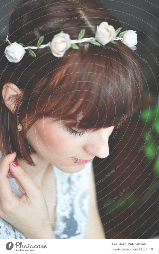 Hippiesk. feminin Junge Frau Jugendliche 1 Mensch 18-30 Jahre Erwachsene Denken Piercing Braut Blumenkranz Pony träumen Hochzeit Sommer Frühling Traurigkeit